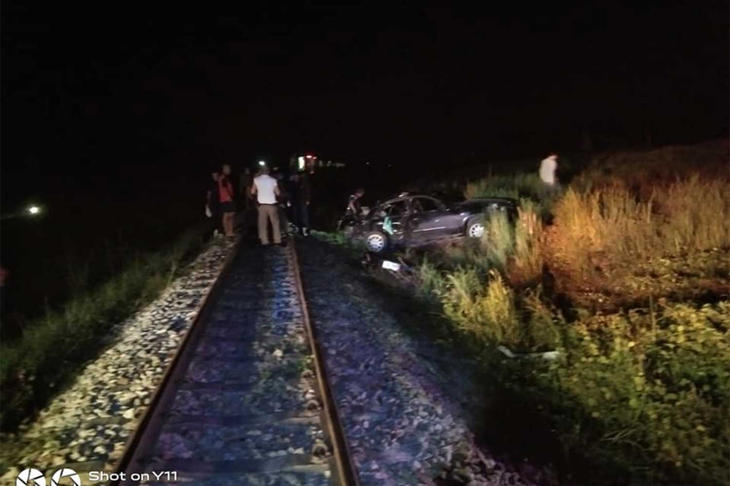 Police and rescue workers at  the crash scene - a railway crossing in tambon Takdaed of Muang district, Chumphon on Thursday night. (Photo: Chumphon Karnkusol-Saichon Banna rescue foundation Facebook page)