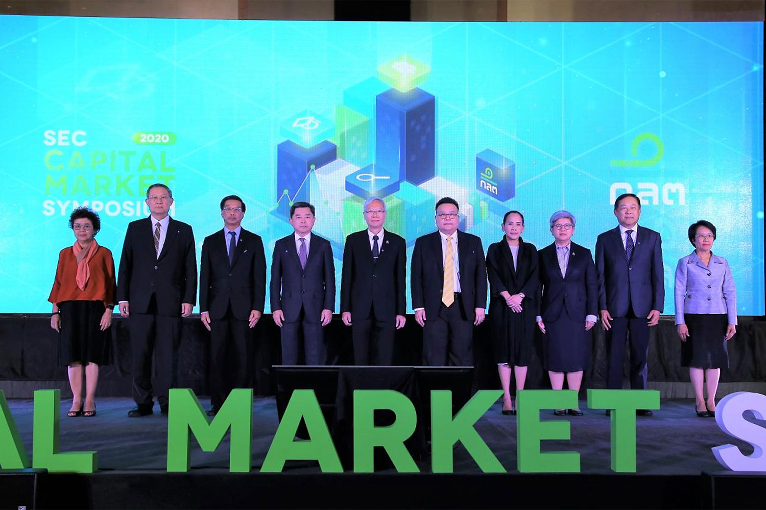 Pichit Akrathit, chairman of the Securities and Exchange Commission, centre left, and Ruenvadee Suwanmongkol, SEC secretary-general, third right, along with senior executives at the opening ceremony of the SEC Capital Market Symposium 2020.