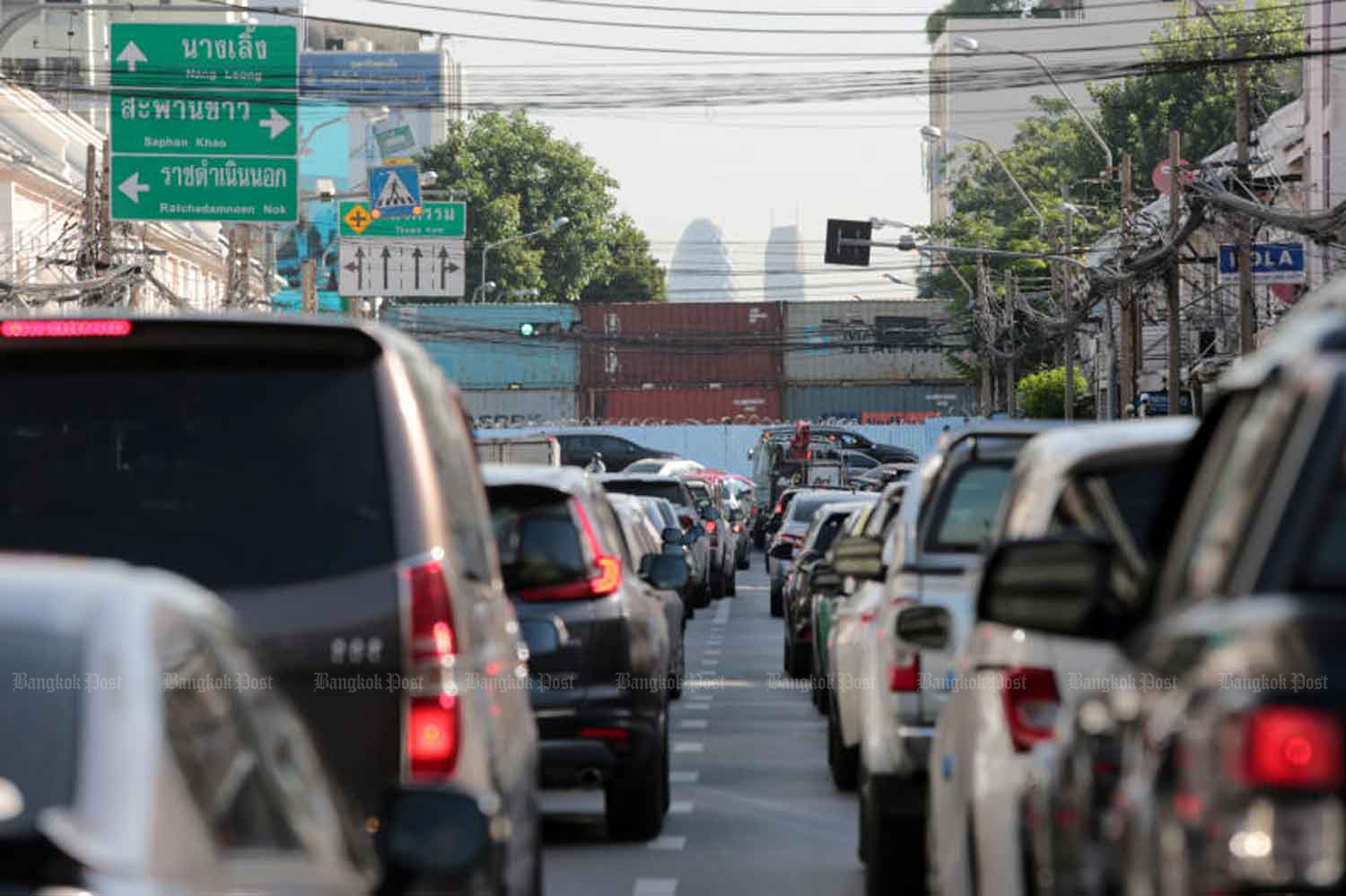 Heavy traffic congestion on Nakhon Sawan Road heading to Thewa Kam intersection, Bangkok, where cargo containers were placed across the road on Wednesday. (Photo:  Chanat Katanyu)