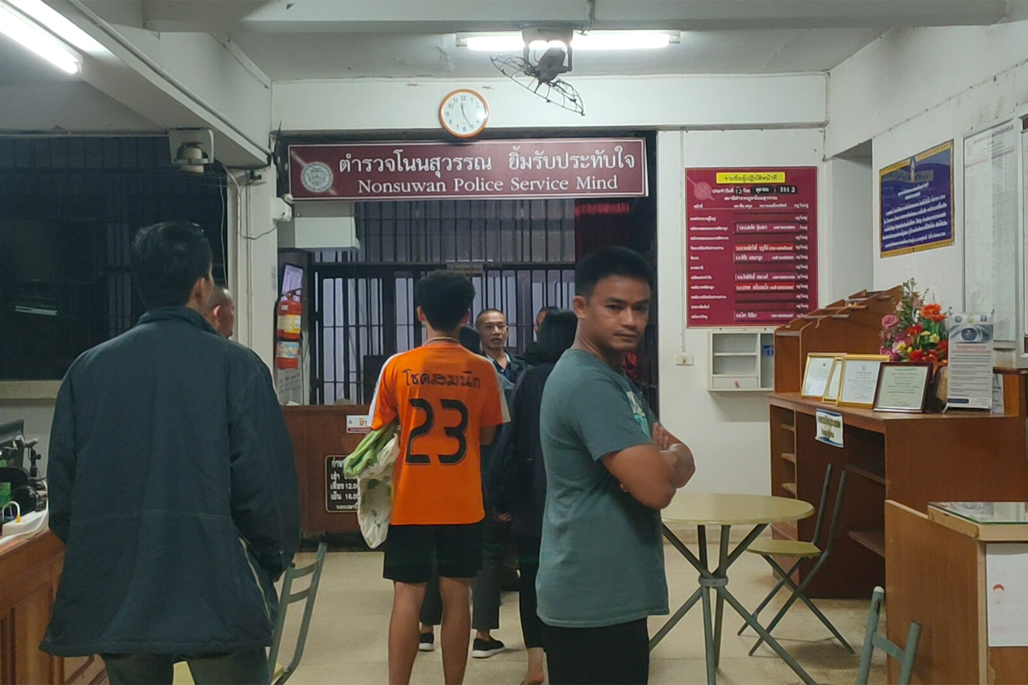 Angry relatives of the woman shot dead by a policeman in a local restaurant, at  Non Suwan police station in Non Suwan district of Buri Ram on Sunday night. (Photo: Surachai Piragsa)