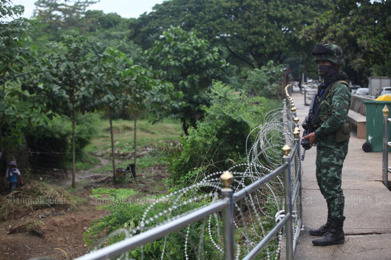 A soldier from the Naresuan task force stands guard on the Thai side of the border with Myanmar in tambon Tha Sai Luad, Mae Sot district, Tak province. The border patrol has been stepped up to prevent security threats and a possible spread of Covid-19 through illegal crossings. (Bangkok Post file photo)