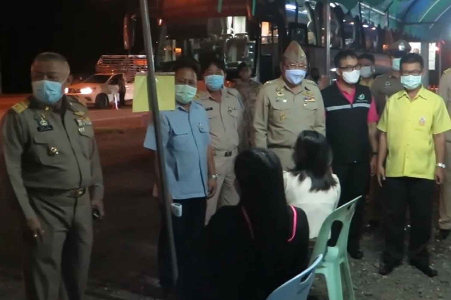 Chiang Mai governor Charoensit Sanguansat, standing third from right, visits a Covid-19 checkpoint on the road between Doi Saket and Chiang Mai on Tuesday morning. (Photo: Phanumet Tanraksa)