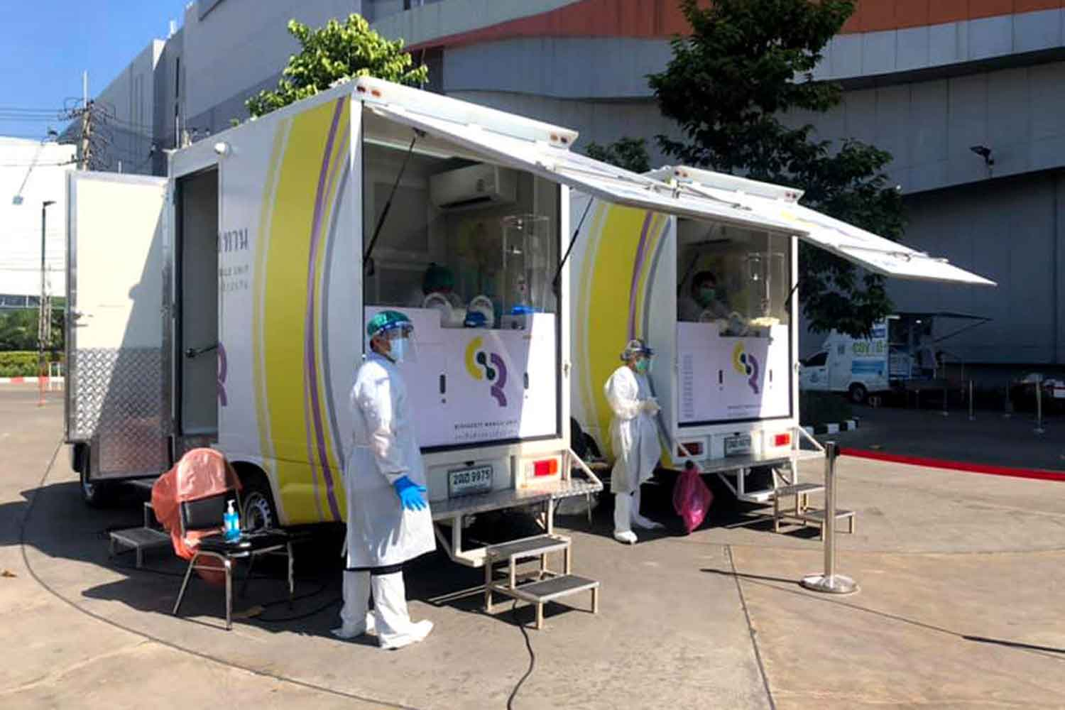 Disease control officials stand ready to test people in Chiang Mai province for Covid-19, at royally-sponsored mobile test units, on Monday. (Photo: Public Relations Department)