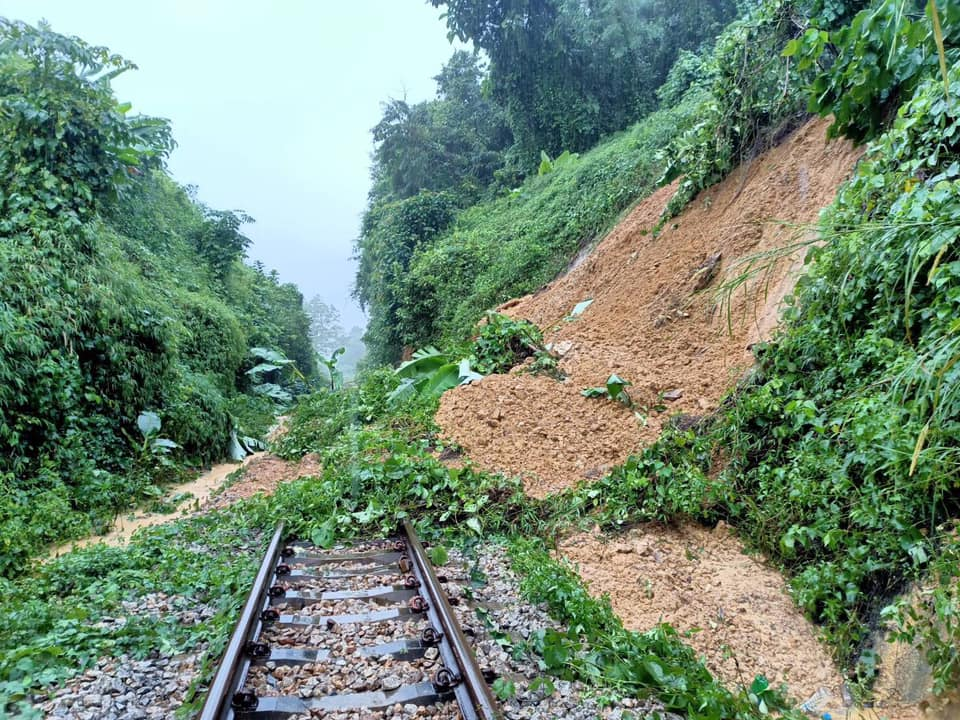 A landslide blocks the southern line between Ron Phibun and Chong Khao stations in Ron Phibun district of Nakhon Si Thammarat on Wednesday. (Photo: SRT)