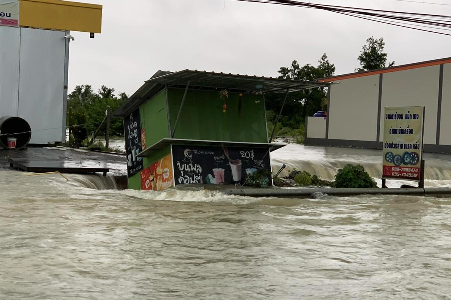 A coffee kiosk is inundated by floods in Nakhon Si Thammarat which was lashed by heavy downpours. (Photo by Nucharee Rakrun)