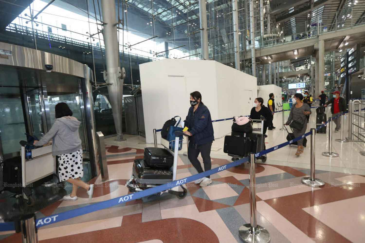Arriving passengers leave the terminal at Suvarnabhumi airport. Quarantined arrivals made up half of the new Covid-19 cases announced on Thursday. (Photo: Varuth Hirunyatheb)
