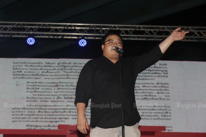 Student activist Parit Chiwarak speaks at a rally at Lat Phrao intersection on Wednesday. (Photo by Arnun Chonmahatrakool)