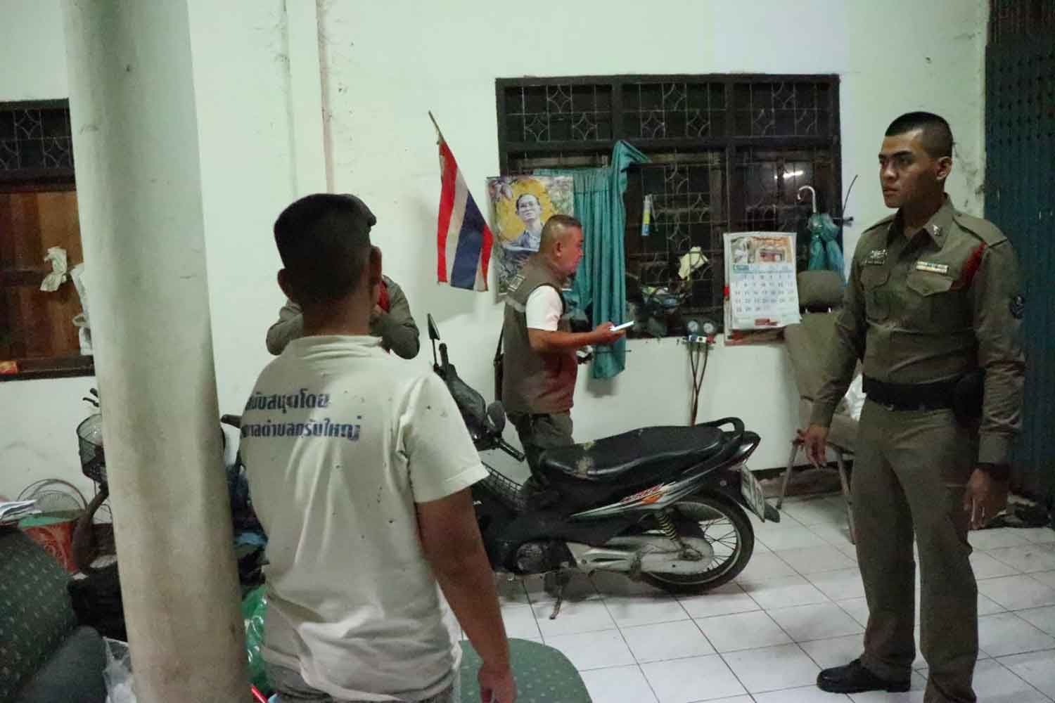 Police at the house in Moo 5 village, tambon Krab Yai in Ratchaburi's Ban Pong district, where a 15-year-old boy stabbed his father to death on Monday evening. (Photo: Saichol Srinuanchan)