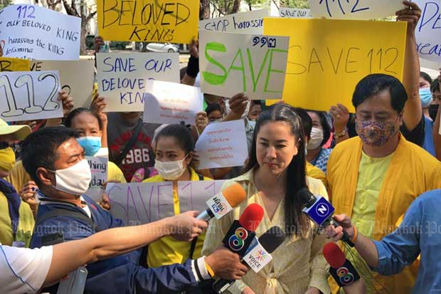 Pareena Kraikupt flanked by royalists speaks to journalists near the UN building in Bangkok on Friday.(Photo by Wassayos Ngamkham)