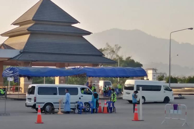 Authorities check the temperatures of drivers at a checkpoint in Mae Sai district of Chiang Rai on Saturday. Thailand allows vehicles from Myanmar to enter the border town to transport goods between the two countries. (Photo from Mai Sai district office Facebook page)