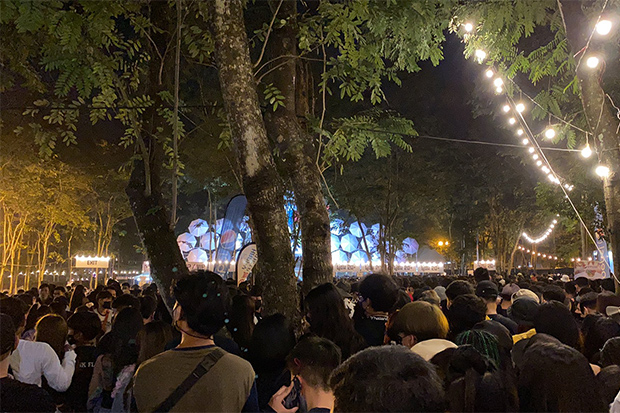 Concert-goers crowd Big Mountain Music Festival in Pak Chong district of Nakhon Ratchasima on Saturday. (Photo from @paiyoonaima Twitter account)