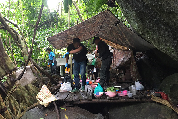 Security officials search the deserted insurgents' camp found on Bilo mountain in Si Sakhon district of Narathiwat on Sunday. (Photo: Abdullah Benjakat)