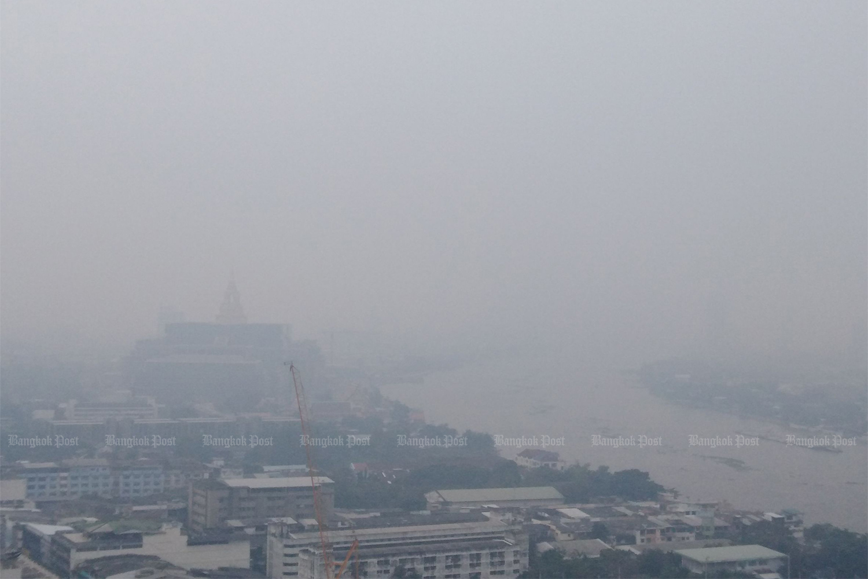 Dust fills the air over Bangkok on Monday. (Photo: Pornprom Satrabhaya)