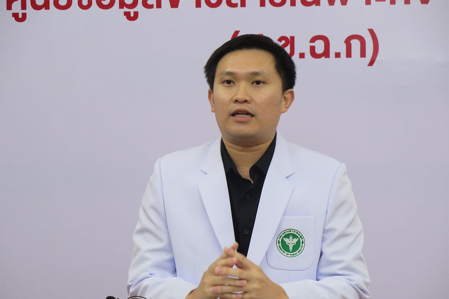 Dr Kittipan Chalom, assistant to the chief of the public health office of Chiang Mai, declares the province is safe from the novel coronavirus. (Photo: Phanumet Tanraksa)