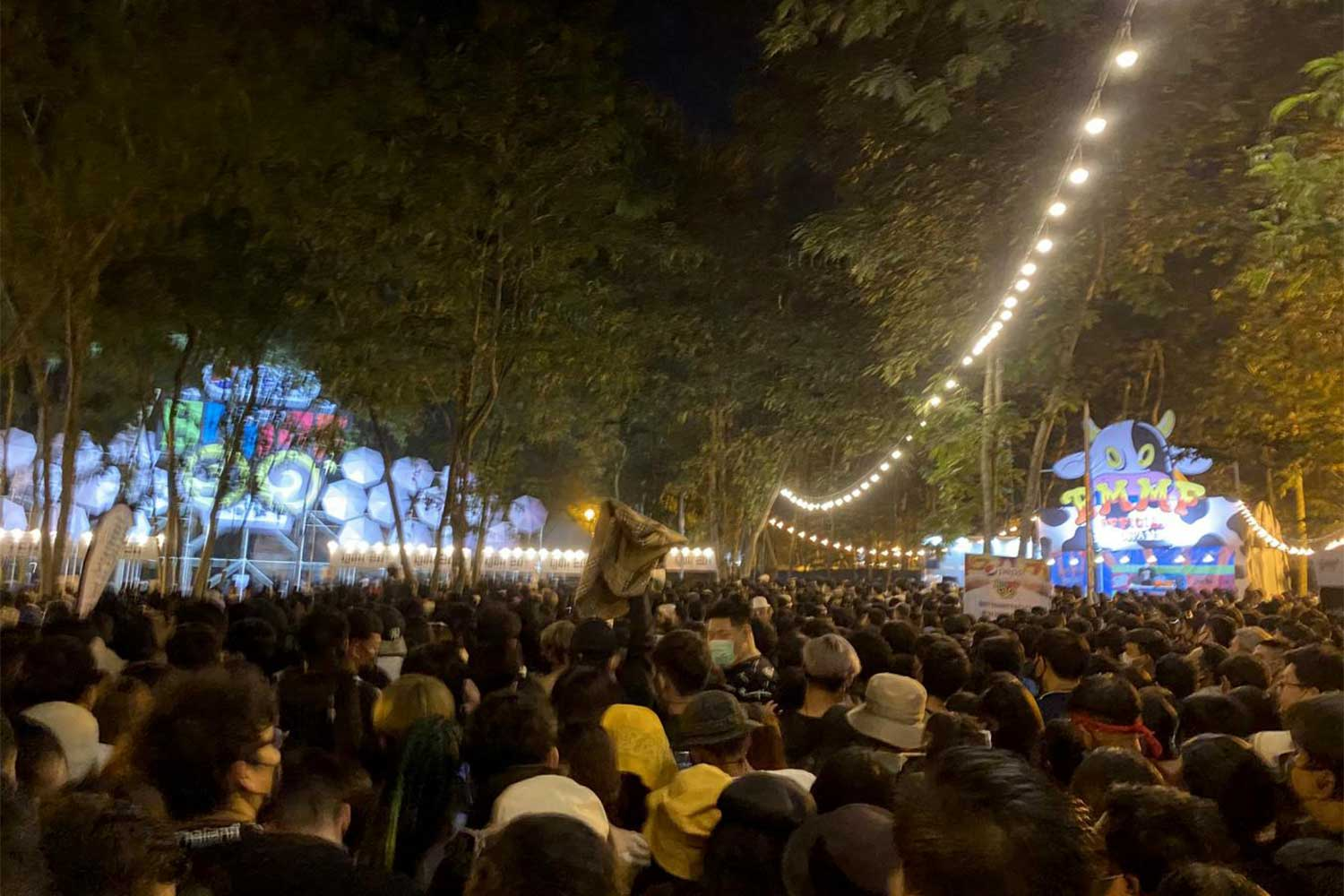 Concert-goers crowd the Big Mountain Music Festival in Pak Chong district of Nakhon Ratchasima on Saturday. (Photo from@paiyoonaima Twitter account)
