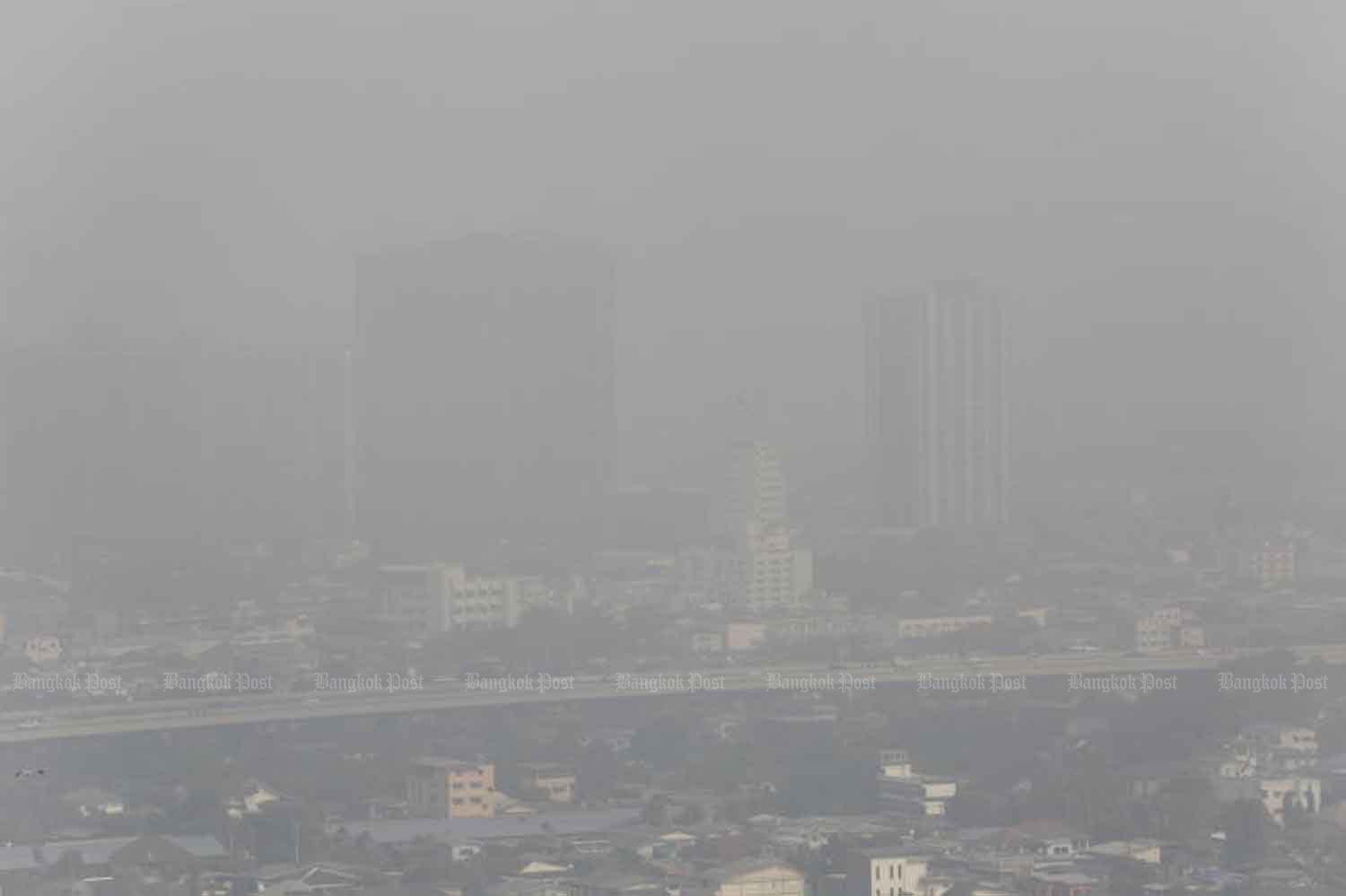 Bangkok, as seen from a condominium in Bang Pho area, is covered with heavy smog on Monday. (Photo: Pornprom  Satrabhaya)
