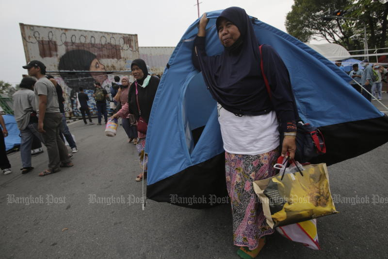 Locals opposed to the Chana Industrial Estate project in Songkhla on Monday move from Chamai Maruchet bridge to set up makeshift tents along the Prem Prachakorn canal in front of Government House. The cabinet on Tuesday agreed to postpone the planned construction. (Photo by Pornprom Satrabhaya)