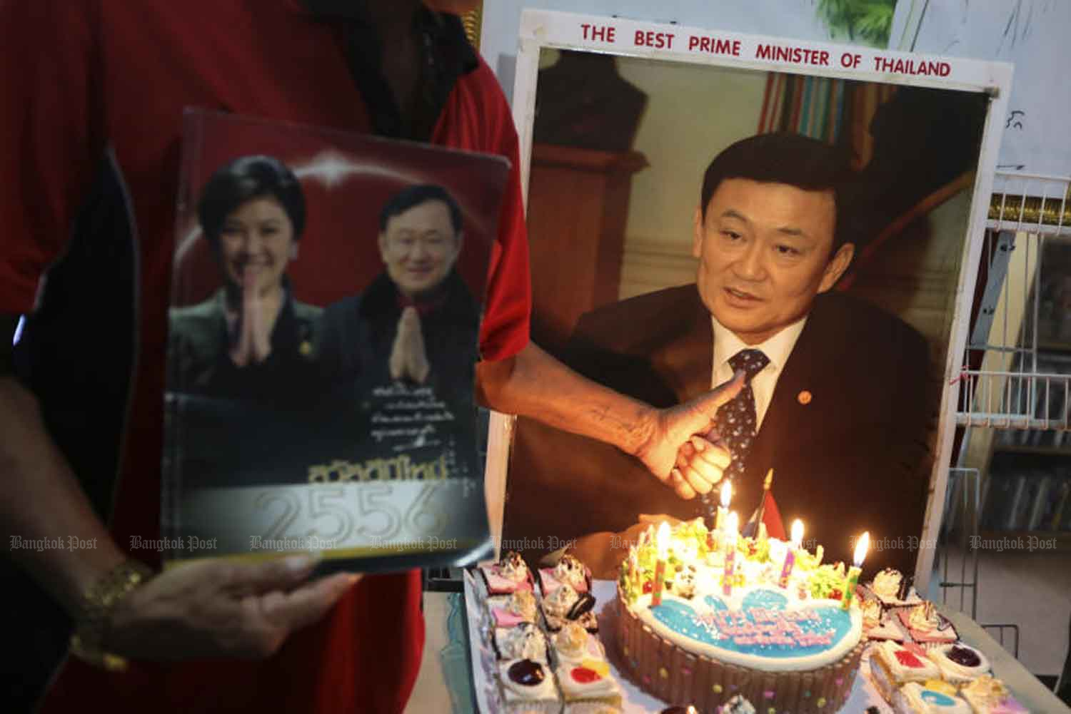 Red-shirt United Front for Democracy against Dictatorship supporters hold a birthday party for ousted prime minister Thaksin Shinawtra at a bookshop at Imperial World shopping mall in Lat Phrao in 2016. (Bangkok Post file photo)