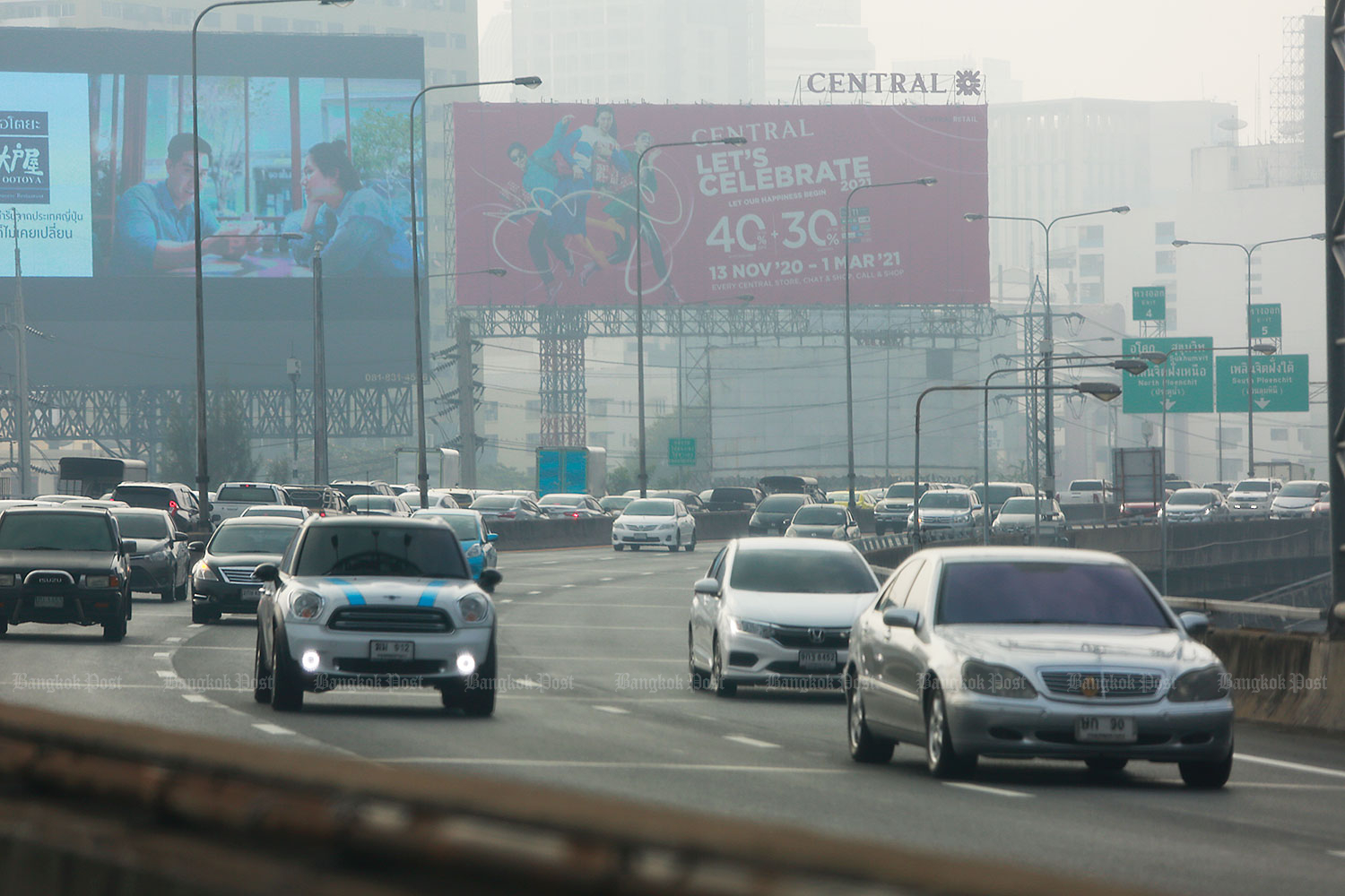 PM2.5 dust particles blanket the sky as motorists drive along an elevated highway.(Photo by Arnun Chonmahatrakool)