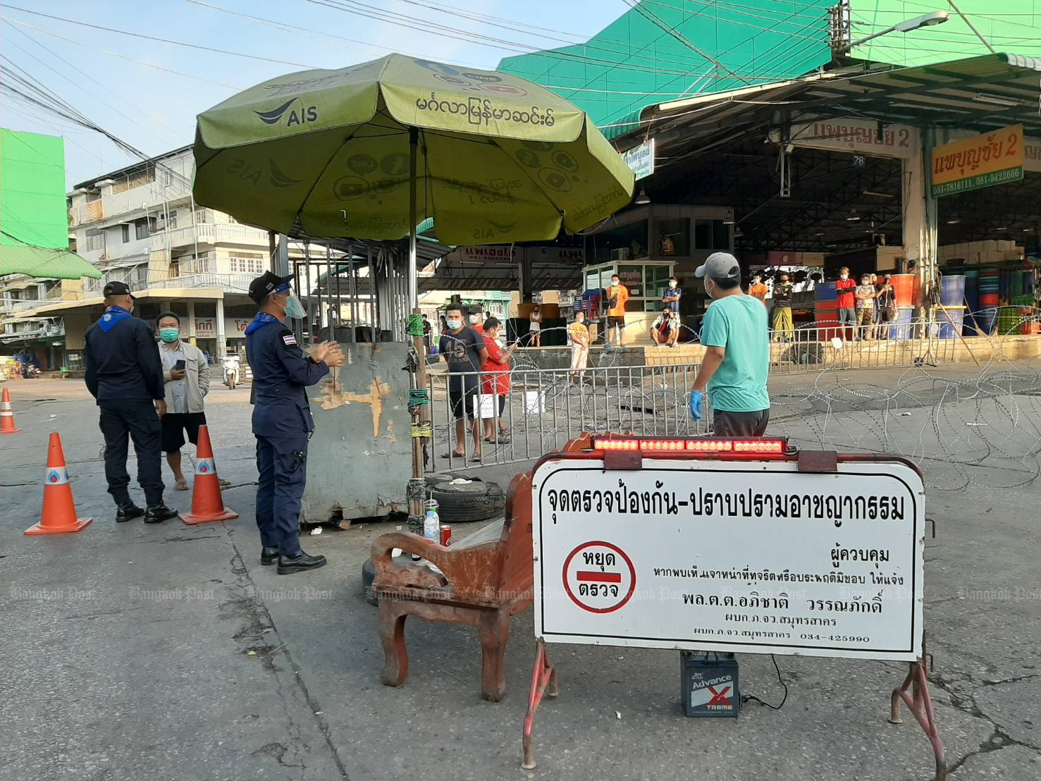 Razor wire lines the Central Shrimp Market in Muang district of Samut Sakhon as it is one of the areas locked down by authorities. (Photo by Arnun Chonmahatrakool)