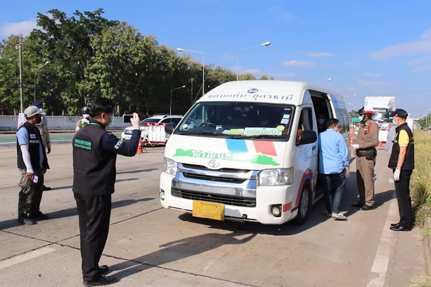Officials check vehicles entering Khon Kaen on Sunday after more Covid-19 infections were detected in Samut Sakhon. (Photo by Chakkrapan Natanri)