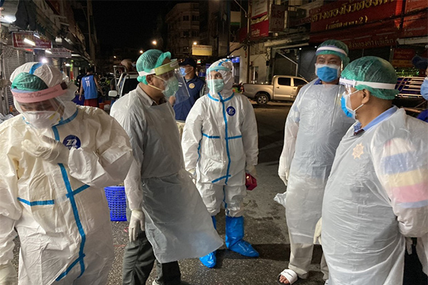 Health officials check the area in Muang district of Samut Prakan where a Lao man and two Thais tested positive for the novel coronavirus on Saturday night. (Photo by Sutthiwit Chayutworakan)
