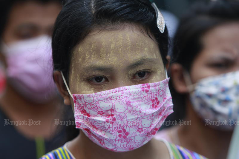 A Myanmar worker waits for a nasal swab test for the coronavirus in Muang district of Samut Sakhon on Sunday. (Photo by Arnun Chonmahatrakool)