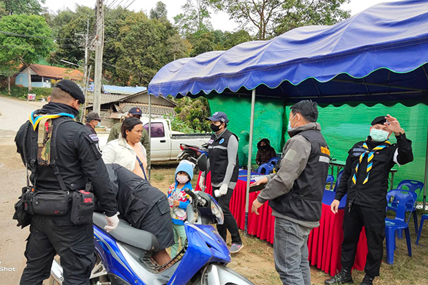 One of the checkpoints for people entering and leaving Mae Ai district of Chiang Mai on Monday. (Photo: Phanumet Tanraksa)