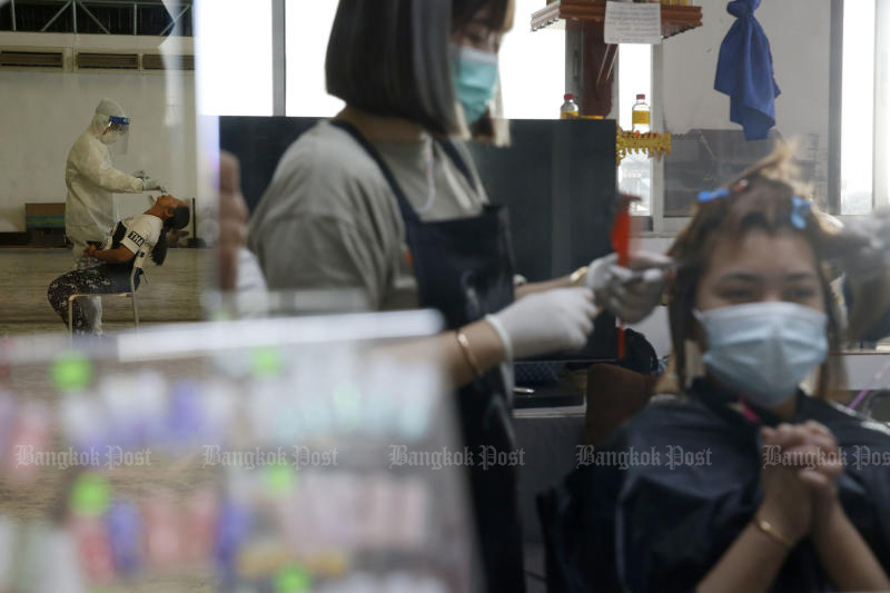 Public Health workers from the Bangkok Metropolitan Administration conduct coronavirus tests at Klong Toey market in Bangkok on Wednesday. (Photo by Wichan Charoenkiatpakul)
