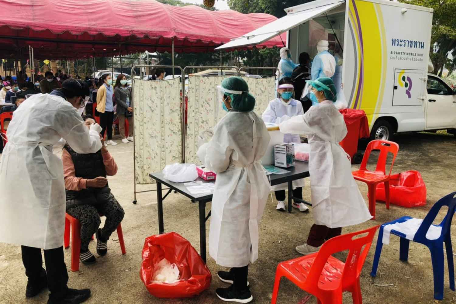 Disease control officials are collecting swabs from residents in Mae Ai district, Chiang Mai, in a bid to curb Covid-19 on Wednesday. (Photo: Panumet Tanraksa)