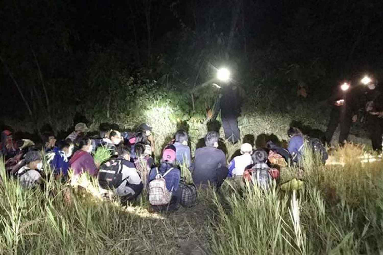 Security officials stop 25 illegal Myanmar migrants in Muang district, Kanchanaburi, on Dec 13. (Photo by Piyarat Chongcharoen)