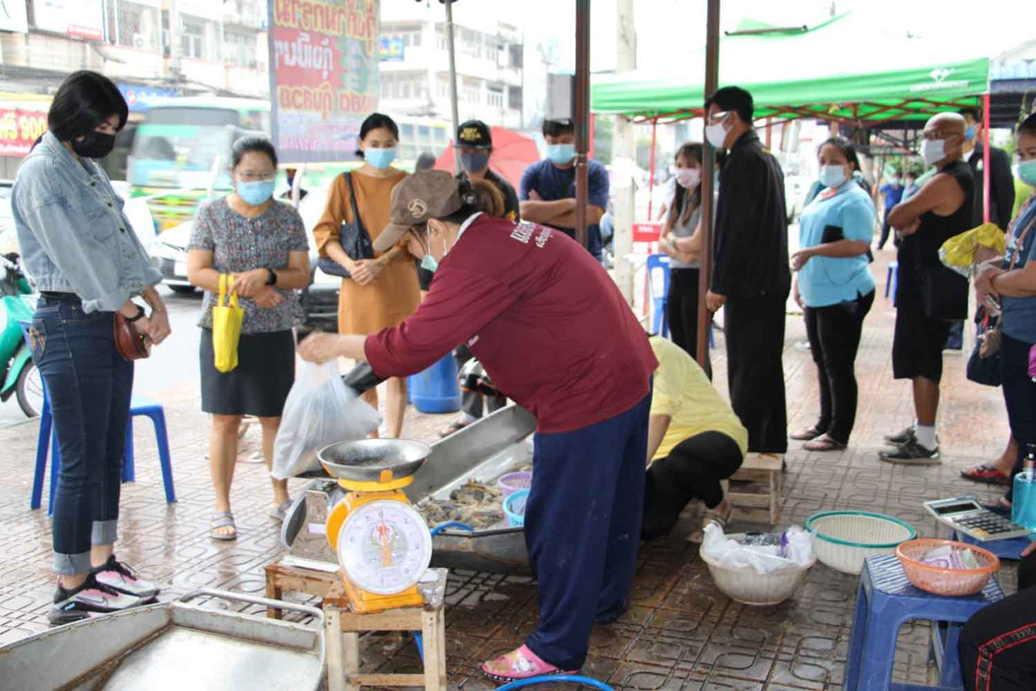 Farmers sell shrimps directly to consumers, at wholesale prices, in Muang district of Ratchaburi on Friday. (Photo: Saichol Ochkajon)