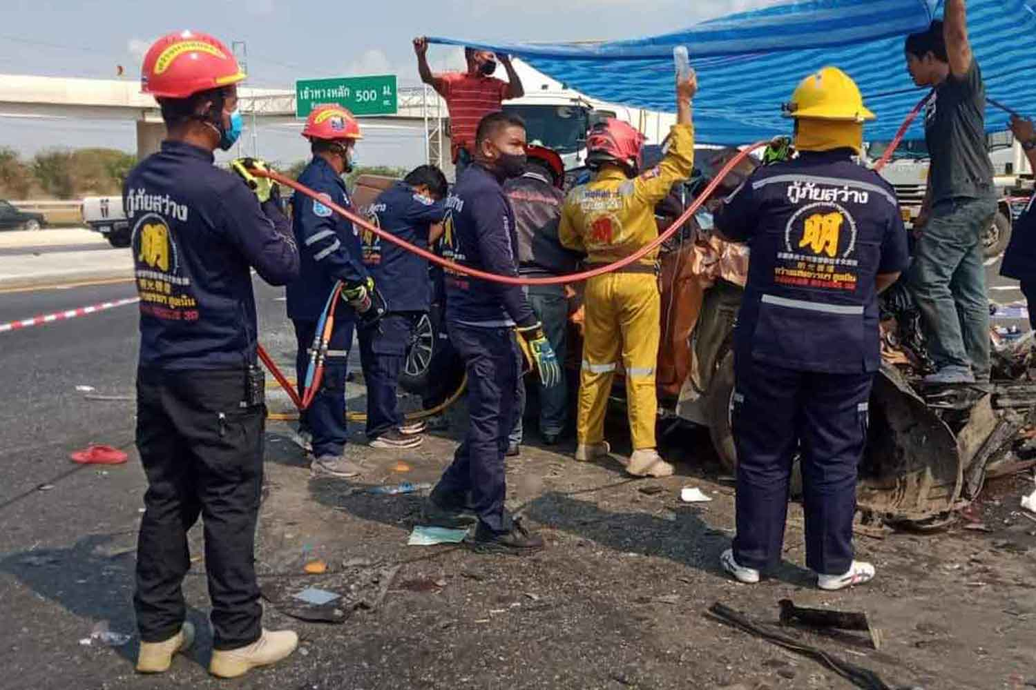 Rescuers at work on the Bangkok-bound side of Mitrapap highway in Sung Noen district, Nakhon Ratchasima, after two pickups collided on Monday, killing two people and seriously injuring four. (Photo: Prasit Tangprasert)