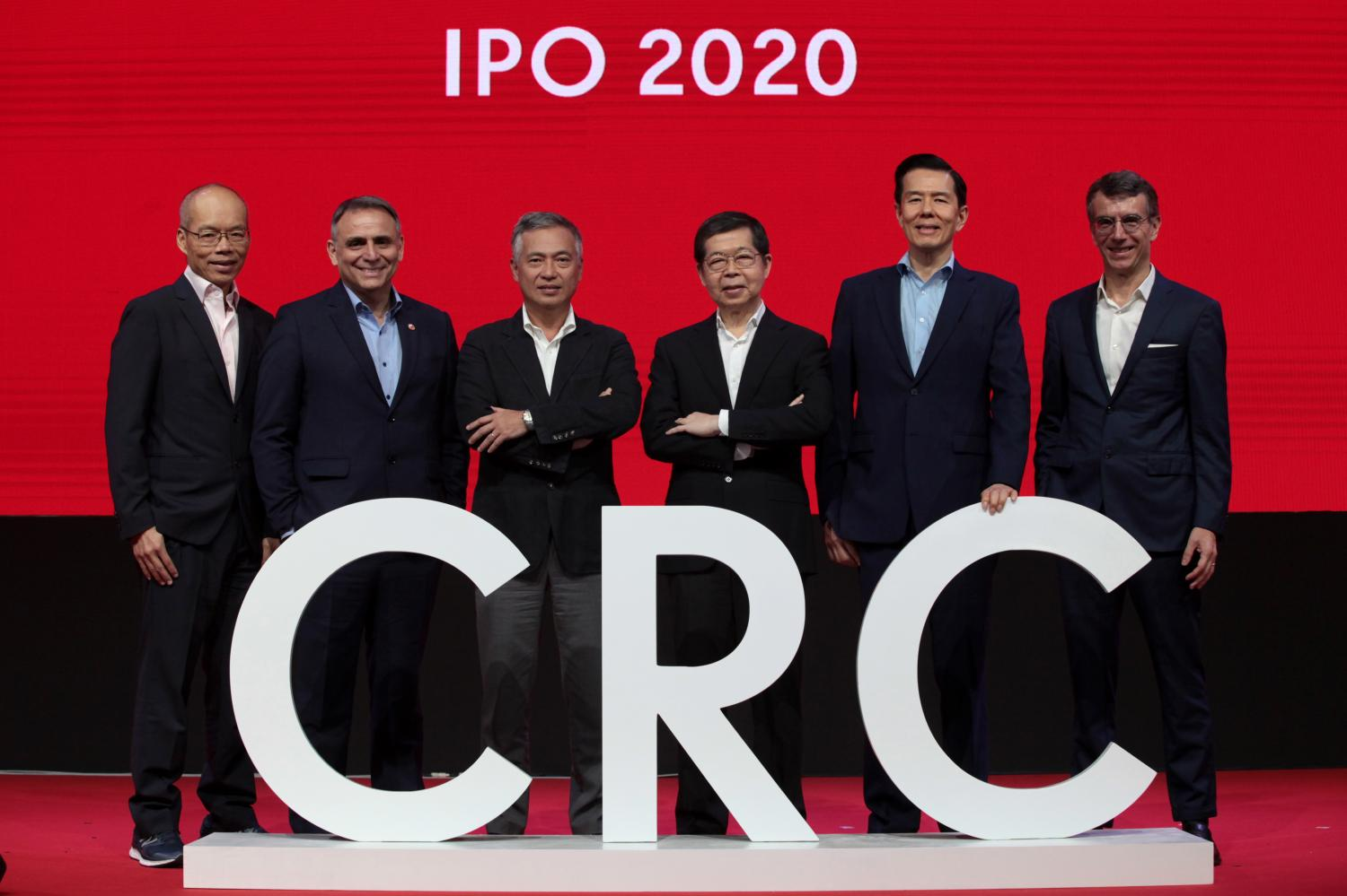 Central Retail Corp (CRC) executives pose for a group photo at a press conference for the company's initial public offering on Jan 17, 2020. (Bangkok Post file photo)