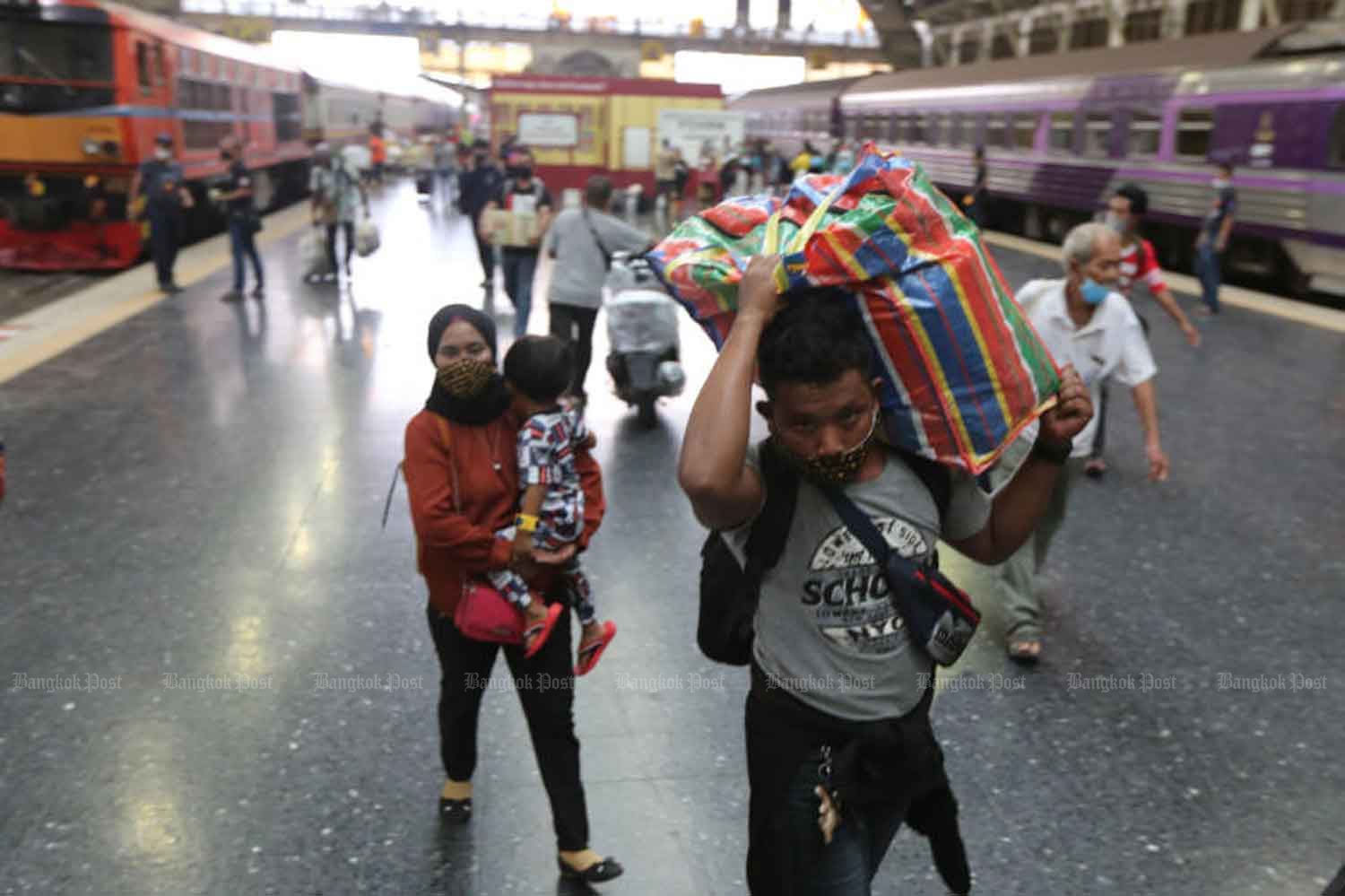 People arrive at Hua Lamphong railway station in Bangkok after returning from the provinces following the long weekend in July. (Photo: Wichan Charoenkiatpakul)