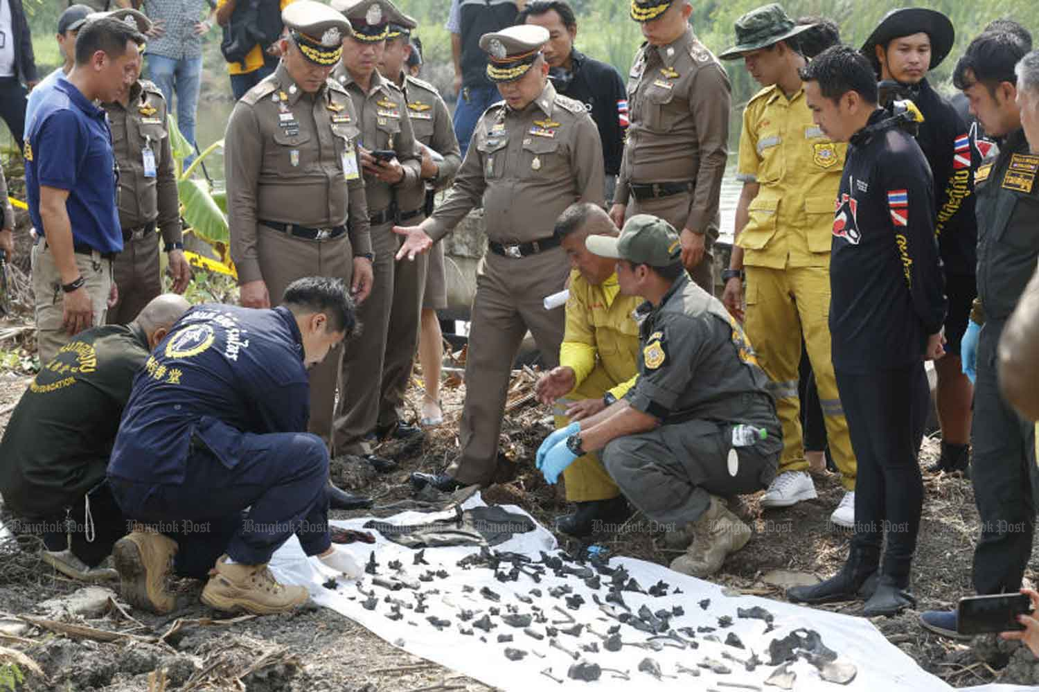 Police examine fragments of human bones collected from a pond in the back yard of the house of Apichai Ongwisit in Bang Khae area of Bangkok in January this year. (Photo: Pornprom Satrabhaya)