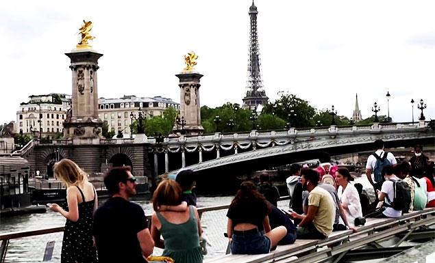 Tourists return to Paris