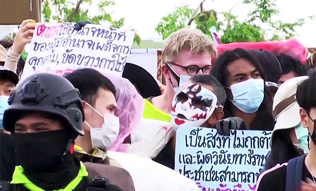 Anti-government protesters clash with police