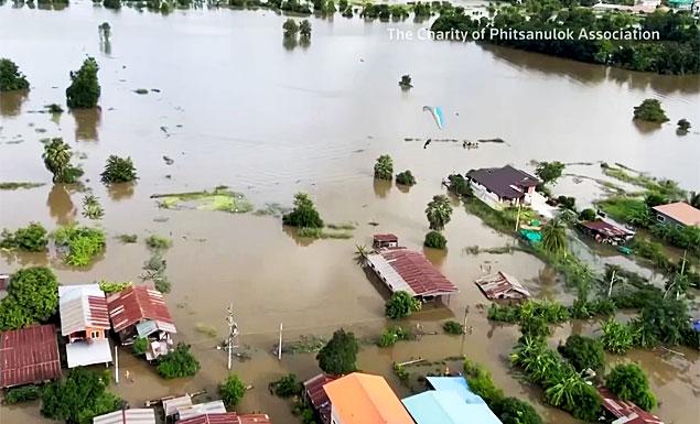 Watch paragliders drop food to flood zones