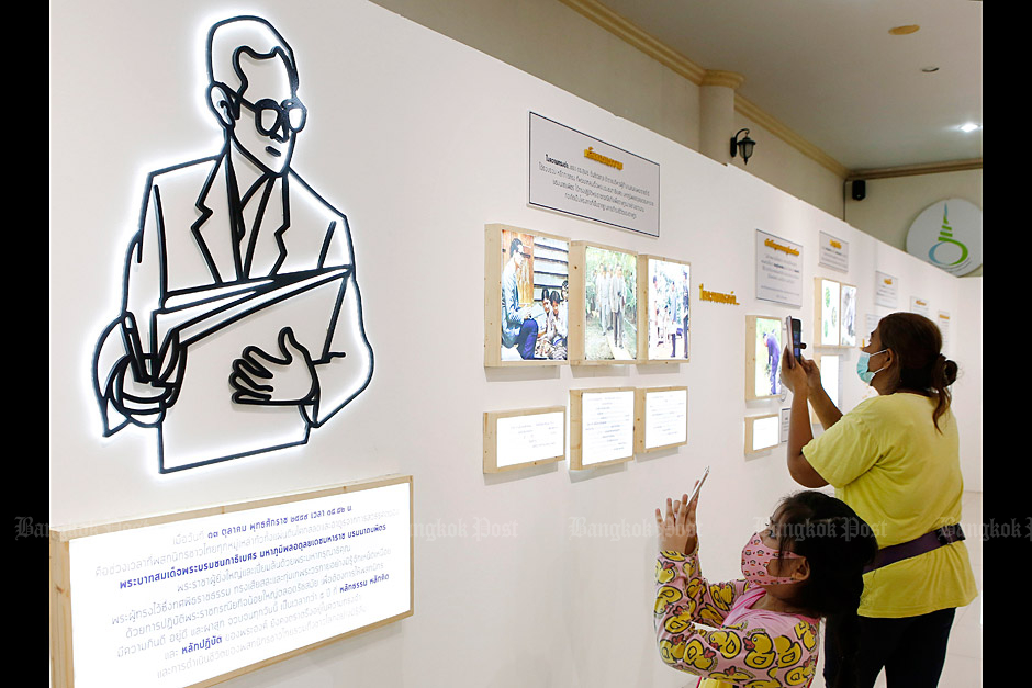 A mother and daughter take photos at the exhibition held in remembrance of King Rama IX at Pathum Thani's Golden Jubilee Museum of Agriculture. (Photo: Apichit Jinakul)
