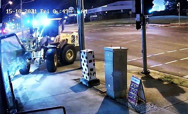 Robber in tractor flees from Australian police