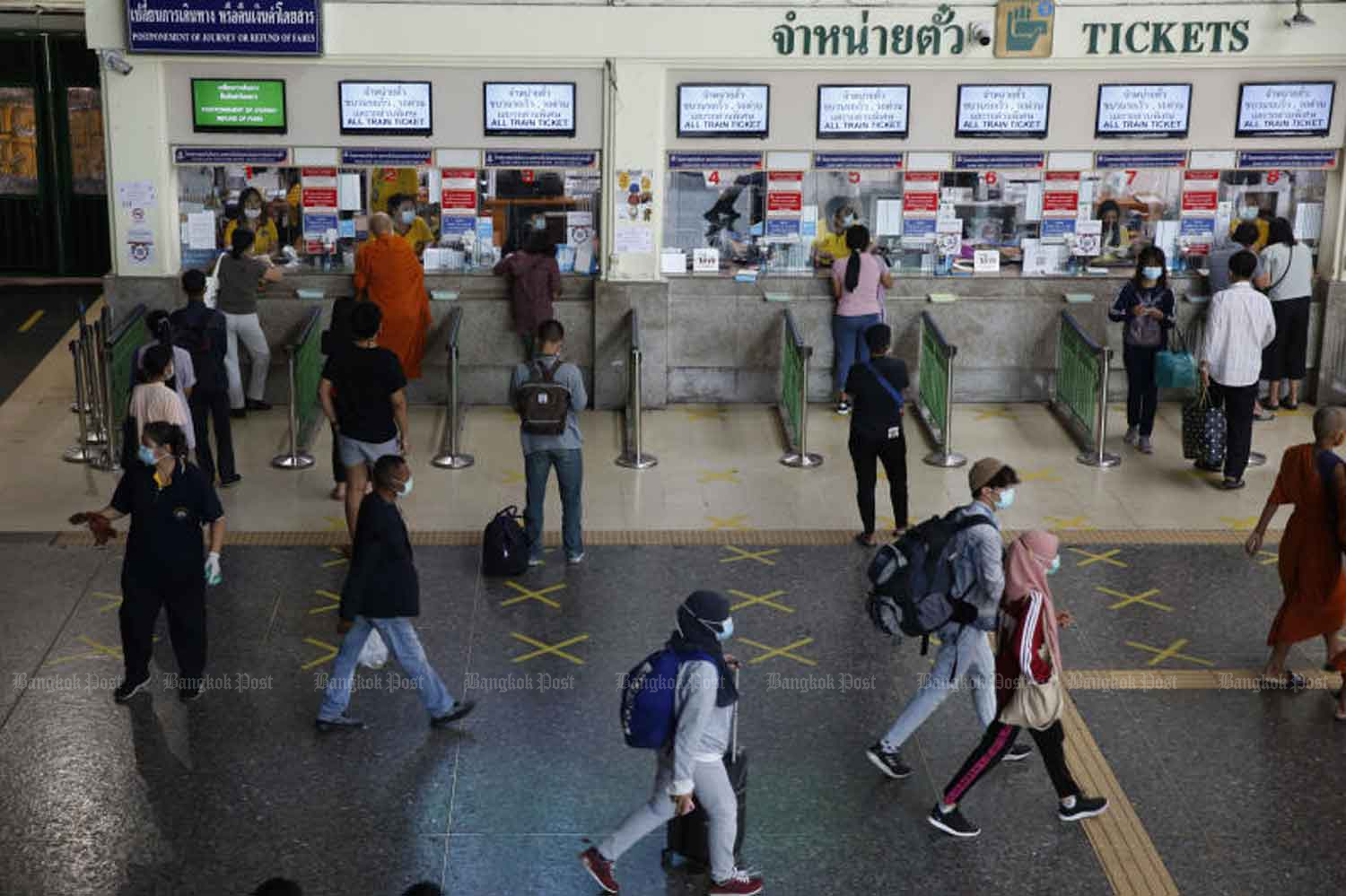 People are boarding trains at the Hua Lamphong station in Bangkok on Wednesday. (Photo: Wichan Charoenkiatpakul)