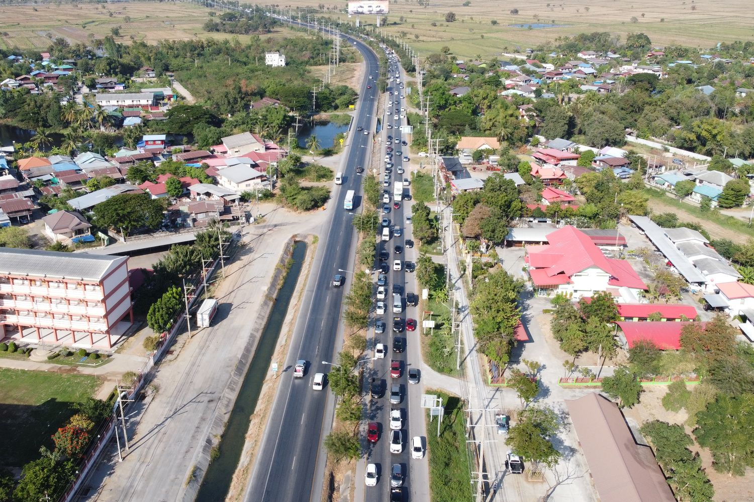 Traffic builds up on Mittraphap Road in Nakhon Ratchasima on Saturday morning as some people hit the road early to return to work in Bangkok on Monday. (Photo by Prasit Tangprasert)
