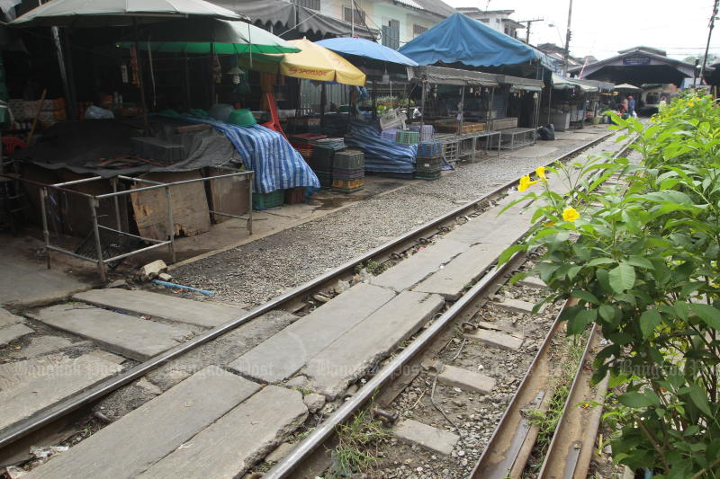 A market near Mahachai railway station in Samut Sakhon province is quiet on Dec 24, 2020 after Muang district was locked down. (Photo by Arnun Chonmahatrakool)