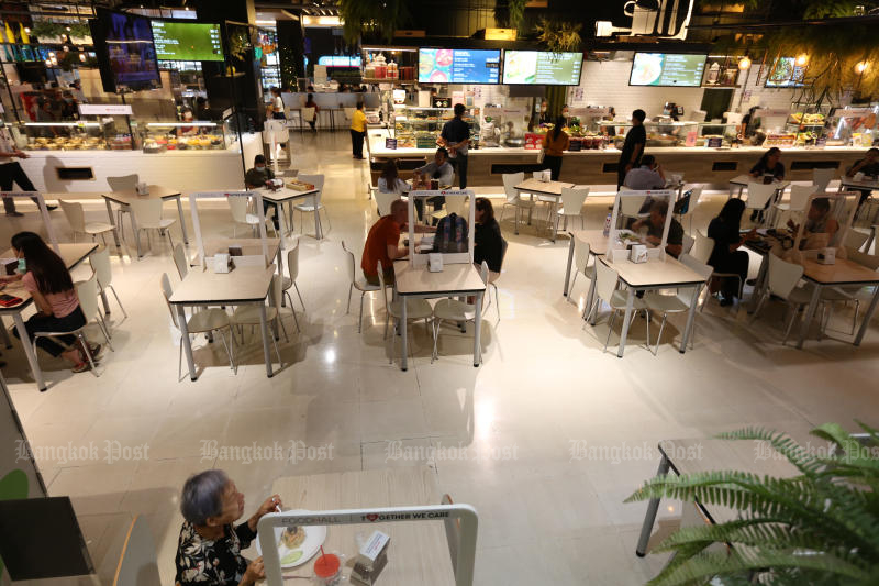 Vendors at the food court in The Mall Bang Kapi department store in Bangkok ramp up Covid-19 preventive measures at dining tables.(Photo by Varuth Hirunyatheb)