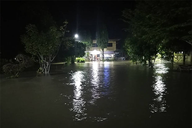 Flooding in Sungai Padi district of Narathiwat on Tuesday night. (Photo by Waedao Harai)
