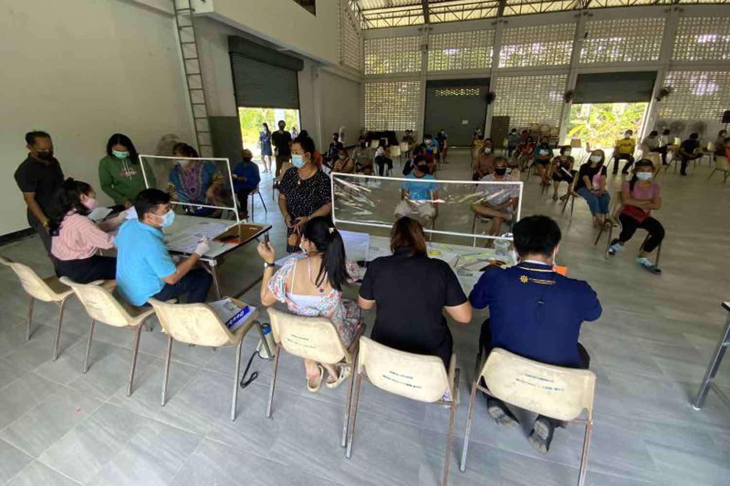 People are waiting for travel permits in Trat province on Thursday. (Photo: Jakkrit Waewklaihong)