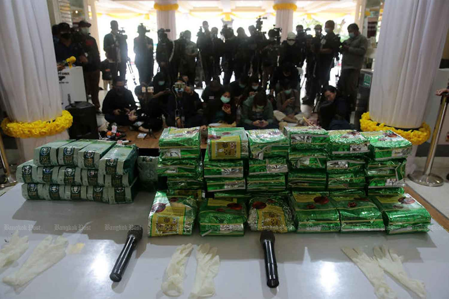 Reporters wait for a press briefing on the seizure of 30kg of crystal methamphetamine and 15kg of ketamine at the Metropolitan Police Bureau. The drugs originated in the North and were seized in Kamphaeng Phet, leading to the arrest of four people. (Photo by Chanat Katanyu)