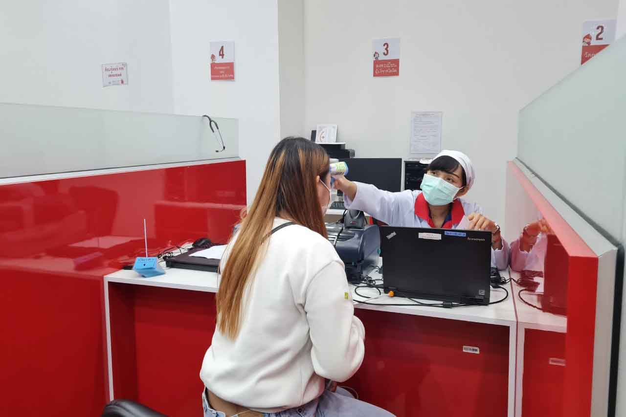 A young woman has her temperature checked before donating blood at a Thai Red Cross unit at Terminal 21 shopping centre, Nakhon Ratchasima, on Wednesday. (Photo: Prasit Tangprasert)