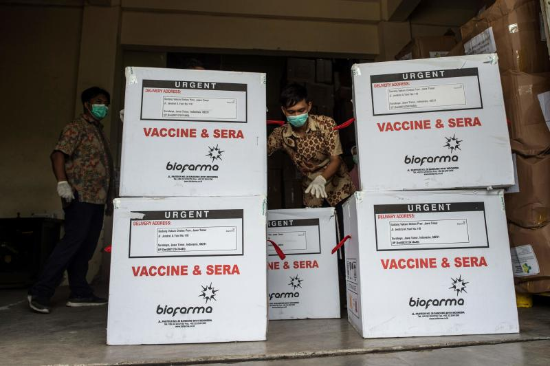 A health worker checks containers of Covid-19 vaccine produced by China's Sinovac as they arrived in Surabaya on Wednesday, as the sprawling archipelago of nearly 270 million kicks off a mass innoculation drive in a bid to control soaring case rates. (AFP photo)